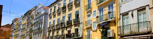 Rue avec les maisons colorées à Lisbonne, Portugal images stock