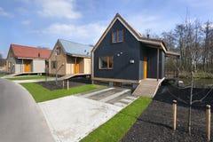 Rue avec les maisons en bois de vacances dans Reeuwijk Photo stock