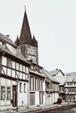"""Rue avec les maisons et la tour boisées """"Schreckensturm """"dans la vieille ville de Quedlinbourg dans le monochrome images stock"""