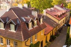 Rue avec les maisons européennes traditionnelles avec les toits carrelés avec des lucarnes en automne images libres de droits