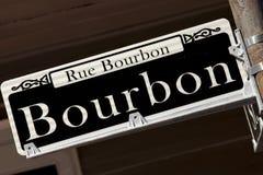 Rue Bourbon gatatecken - New Orleans Arkivfoto