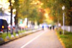 Rue brouillée d'automne de fond dans la ville Photographie stock libre de droits