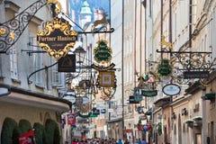 Rue célèbre d'achats à Salzbourg, Autriche Photos stock