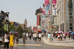 Rue célèbre d'achats de Wangfujing à Pékin Photos libres de droits