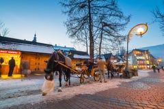 Rue célèbre de Krupowki dans Zakopane à l'horaire d'hiver Images libres de droits