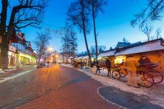 Rue célèbre de Krupowki dans Zakopane à l'horaire d'hiver Images stock