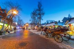 Rue célèbre de Krupowki dans Zakopane à l'horaire d'hiver Image libre de droits