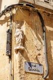 Rue Campra, calle de Campra con la estatua de Jesús Imagen de archivo libre de regalías