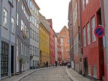 Rue capitale danoise typique avec les maisons colorées de vieille architecture, Copenhague, Danemark images libres de droits