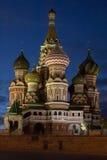 Rue Cathédrale de basilic en soirée. Moscou, Russie Images libres de droits
