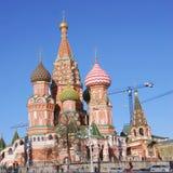 Rue Cathédrale de basilic, grand dos rouge, Moscou, Russie Images libres de droits