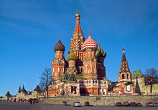 Rue Cathédrale de basilic sur le grand dos rouge à Moscou image libre de droits