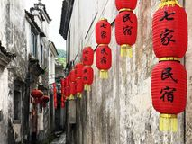 Rue chinoise et lanternes rouges Images stock
