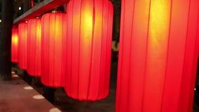 Rue chinoise rouge Asie de nuit de lanternes banque de vidéos