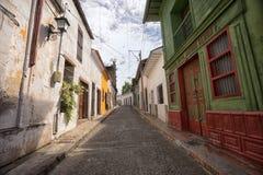 Rue coloniale étroite dans Honda Colombie Photographie stock libre de droits