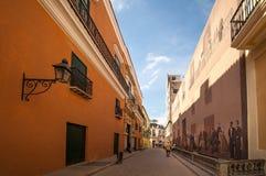 Rue coloniale avec du charme de style à La Havane, Cuba Images libres de droits
