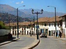 Rue coloniale dans Cusco, Pérou images stock