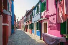 Rue colorée dans Burano, près de Venise, l'Italie photographie stock