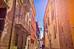 Rue colorée de Vérone dans la vue de brume du soleil photos stock
