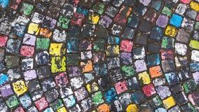 Rue colorée humide de pavé rond comme fond Images stock
