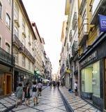 Rue commerciale complètement des boutiques au centre historique avec beaucoup de personnes marchant et achetant Image stock