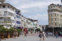 Rue commerciale et piétonnière dans une ville Images libres de droits