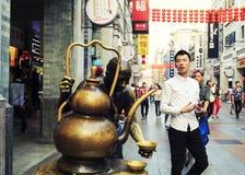 Rue commerciale moderne de ville, rue d'achats de Shangxiajiu avec des piétons et sculpture urbaine, vue de rue de la Chine photographie stock libre de droits