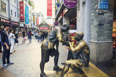 Rue commerciale moderne de ville, rue d'achats de Shangxiajiu avec des piétons et sculpture urbaine, vue de rue de la Chine Image libre de droits