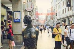 Rue commerciale moderne de ville, rue d'achats de Shangxiajiu avec des piétons et sculpture urbaine, vue de rue de la Chine Images libres de droits