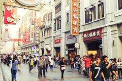 Rue commerciale moderne de ville, rue urbaine d'achats avec les personnes serrées, vue de rue de la Chine images stock