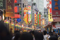 Rue commerciale moderne de ville, rue urbaine d'achats avec les personnes serrées, vue de rue de la Chine Photographie stock libre de droits