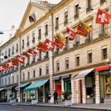 Rue Corraterie Street avec les drapeaux suisses à Genève Photographie stock