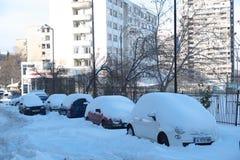 Rue couverte de neige, voitures bloquées Photos libres de droits
