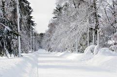 Rue couverte par neige après tempête images libres de droits