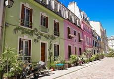 Rue Cremieux i den 12th arrondissementen är en av de mest nätta bostads- gatorna i Paris Arkivfoton