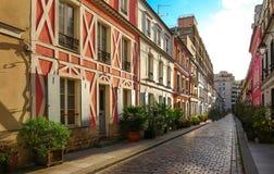 Rue Cremieux i den 12th arrondissementen är en av de mest nätta bostads- gatorna i Paris Arkivbilder