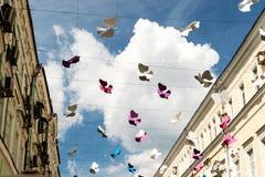 Rue décorée de l'oiseau de papier coloré contre le ciel Image libre de droits