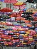 Rue décorée des parapluies colorés Photo stock