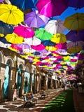 Rue décorée des parapluies colorés, Agueda, Portugal Photographie stock libre de droits