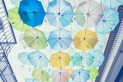Rue décorée des parapluies colorés, Bangkok, Thaïlande vin Image stock