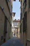 Rue d'étroit de Lucques, Italie Photographie stock libre de droits