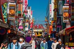 Rue d'achats d'Ameyoko à Tokyo Photos libres de droits