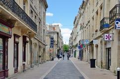 Rue d'achats au Bordeaux français de ville Photo stock
