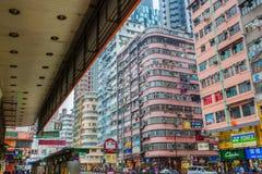 Rue d'achats dans Kowloon, Hong Kong Photos stock