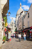 Rue d'achats de colline de Montmartre près de basilique Sacre Coeur PA Photo libre de droits