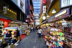Rue d'achats de Myeong Dong : Corée Photos stock