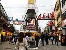 Rue d'achats du marché d'Ameyoko à Tokyo Photos libres de droits