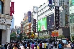 Rue d'achats, route de Nanjing, Changhaï, Chine images stock