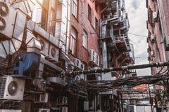 Rue d'arrière-cour dans la zone industrielle images libres de droits