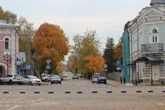 Rue d'automne d'une ville provinciale photos libres de droits